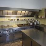 Grote gastronomie keuken met vaatwasser.